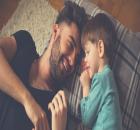pai e filho falando de dinheiro
